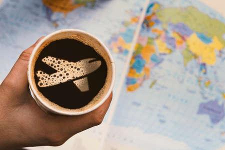 mundo manos: Tomando un café y pensando en viajar por todo el mundo.