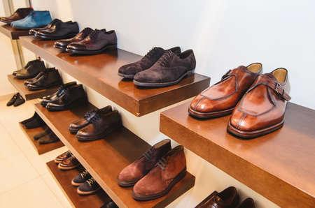 pies masculinos: zapatos de los hombres en una tienda Foto de archivo