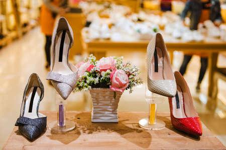 Zapatos en una tienda Foto de archivo - 65666084