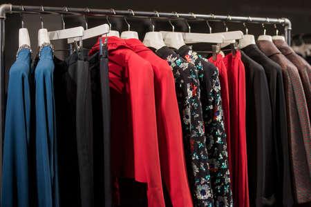 Abbigliamento colorato in un negozio di moda a Milano