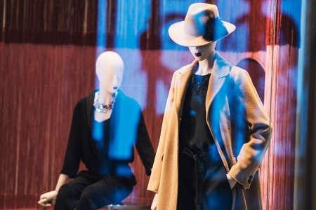 mannequins féminins dans un magasin de mode