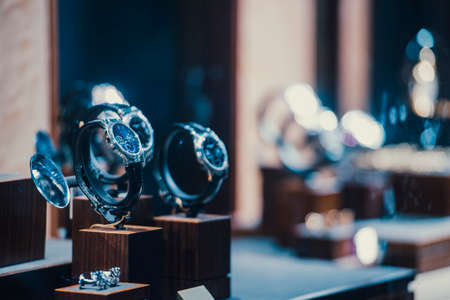 cronógrafo: Men watches in a showcase of a luxury store in London.