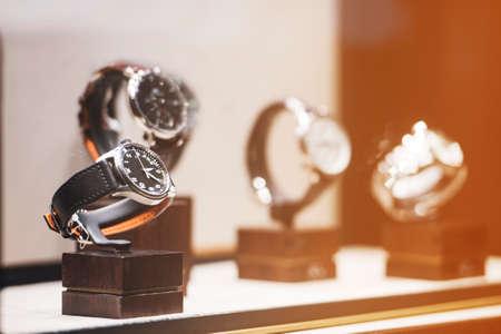 cronógrafo: Hombres relojes en un escaparate de una tienda de lujo en Londres.