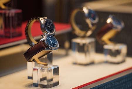 cronógrafo: Relojes de lujo en una tienda en Londres. Foto de archivo