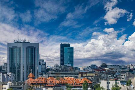Bukarest Blick von oben - Kontrast zwischen neuer und alter Architektur. Standard-Bild