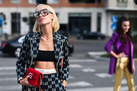 20 września 2018: Mediolan, Włochy - strój w stylu ulicznym podczas tygodnia mody w Mediolanie - MFWSS19 Publikacyjne