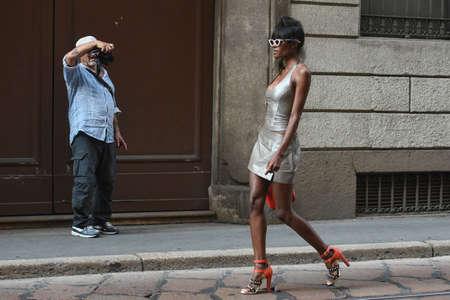 Mailand, Italien - 21. September 2018: Mädchen posiert auf der Straße nach Iceberg Fashion Show während der Mailänder Fashion Week. Editorial