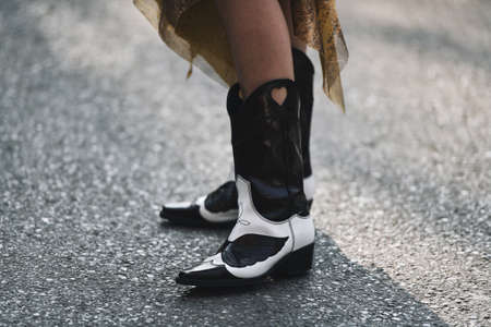 Milan, Italy - February 21, 2019: Street style – Cowboy boots detail before a fashion show during Milan Fashion Week - MFWFW19 新聞圖片