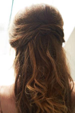 close-up van haarclip op het haar van de bruid