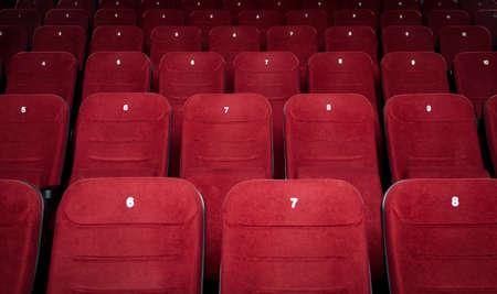 asiento: Sala de cine vac�a con asientos rojos
