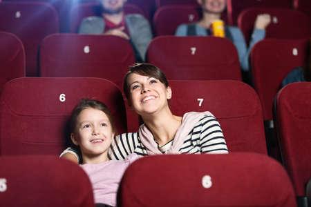 family movies: Una ni�a con el tiempo la madre de pasar tiempo juntos en el cine Foto de archivo