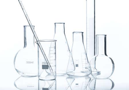 material de vidrio: Equipo de laboratorio de vidrio aislado sobre fondo blanco Foto de archivo