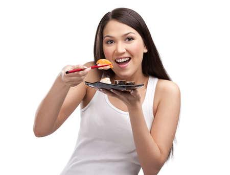 gladly: Mujer joven comer sushi con los palillos de un aislado