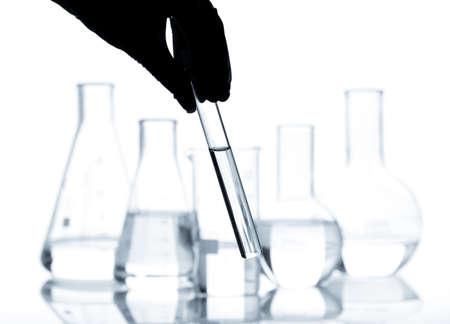material de vidrio: Juego de frascos de laboratorio con un líquido claro, aislado