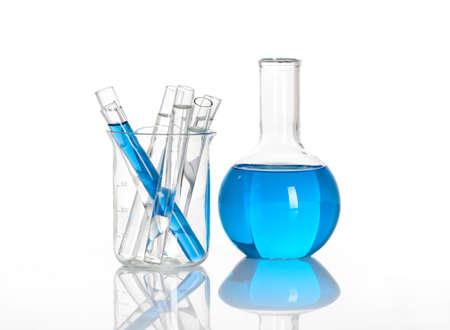 probeta: Química matraz con un tubos de ensayo de laboratorio de color azul, aislados en el interior