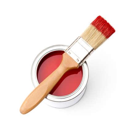 maleza: Lleno de lata de pintura roja y pincel sobre ella, isplated en blanco