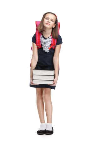 niños tristes: Colegiala con el maletín y la pila de libros pesados, fondo blanco, blanco