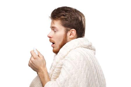 estornudo: Estornudos hombre joven con toallitas de manos, aislado