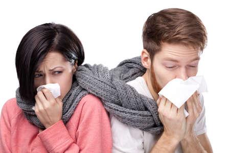 enfermo: Los resfriados hombre y una mujer, envuelta en un pañuelo