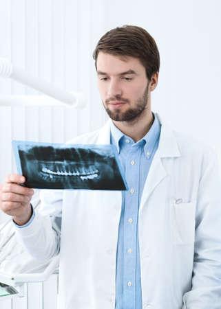 pensiveness: Dentista pensa sulla radiografia, sfondo whte