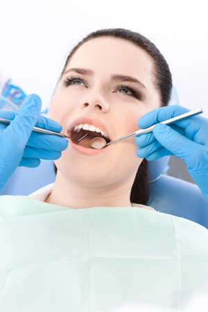 pensiveness: Dentista esamina le Dentes del paziente sul dentista Archivio Fotografico