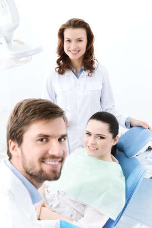 caries dental: Dentista, su asistente y el paciente se prepairing para tratar los dientes cariados