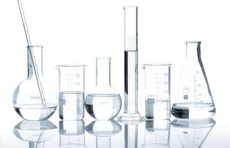 Grupo de frascos de laboratorio con un líquido claro, aislado