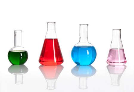 material de vidrio: Grupo de matraces de laboratorio con un reactivo de color, aisladas