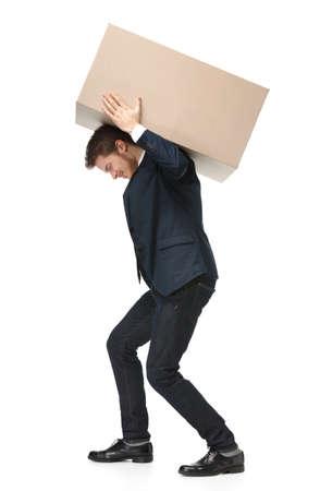 Shop assistent draagt het perceel, geïsoleerde, witte achtergrond