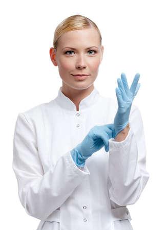 lanzamiento de bala: Médico se encuentra en los guantes de goma azules, aislado en blanco Foto de archivo
