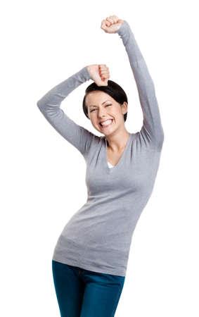 Hermosa chica haciendo gestos triunfales puños es feliz, aislado en blanco