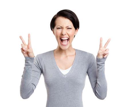 gladly: Mujer sonriente muestra signo de la paz con las dos manos, aislados en blanco