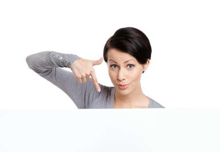 gladly: Puntos de la mujer joven con el dedo hacia abajo, aislado en blanco