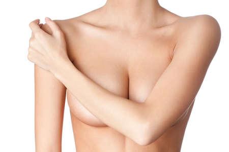beaux seins: La poitrine d'une jeune femme, isol�, sur fond blanc