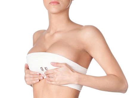 beaux seins: Pr�paration de la correction des seins, isol�, fond blanc Banque d'images