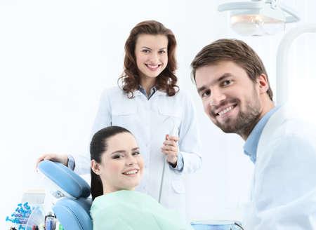 dentista: Dentista, su asistente y el paciente se prepara para tratar los dientes cariados Foto de archivo
