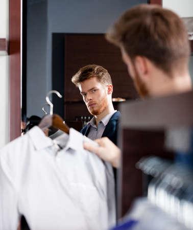 chose: Il giovane sceglie un cappotto perfetto