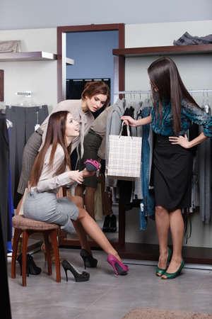 comprando zapatos: Mujer consultas con los amigos sobre nuevos zapatos fucsia