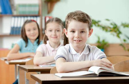 niÑos contentos: Los alumnos están muy atentos a las lecciones. Ellos escuchan cada palabra del maestro Foto de archivo