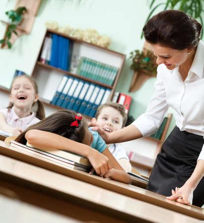 cansancio: Maestro despierta un sueño en el colegiala escritorio hasta