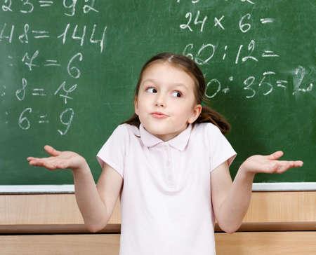 matematik: Öğrenci doğru cevabı bilmek ve kollarını yayılır değil