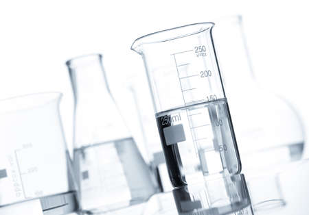 material de vidrio: Grupo de matraces de laboratorio clásicas con un líquido claro, aislado Foto de archivo