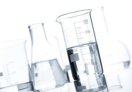 researches: Gruppo di palloni di laboratorio classici con un liquido trasparente, isolato