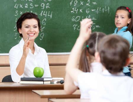 teacher: Hermosas preguntas de los alumnos del profesor en �lgebra Foto de archivo