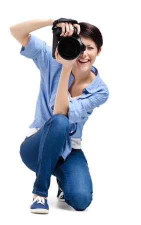 gladly: Creativa mujer-fot�grafo toma fotos, aislados en blanco