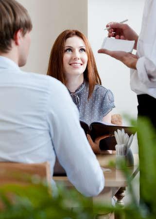 meseros: Par hace el pedido al camarero en el caf�