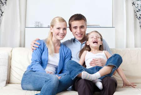 problemas familiares: Familia feliz que tiene un resto