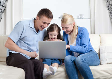 fond of children: Problem-free family laugh surfing on the internet