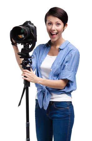 gladly: Chica hace fotos sosteniendo la c�mara fotogr�fica, aislado en blanco