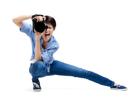 gladly: Muchacha-fot�grafo toma fotos, aislados en blanco